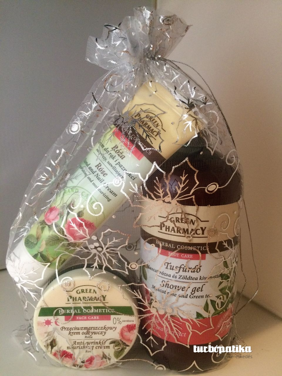 Green Pharmacy gyógynövényes tusfürdő muscat rózsa és zöld tea 500 ml + Green Pharmacy ránctalanító félzsíros nappali-éjszakai arckrém rózsaolaj kivonattal 150 ml+ Green Pharmacy kéz-és körömápoló damaszkusi rózsa és shea vaj 100 ml